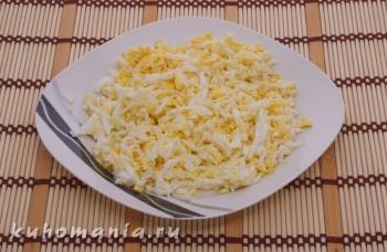 натертые отварные яйца - фотография пошагового приготовления блюда Салат
