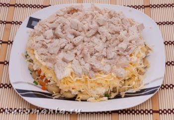 слой нарезанного куриного филе - фотография пошагового приготовления блюда Салат