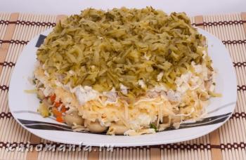 слой натертых маринованных огурцов - фотография пошагового приготовления блюда Салат